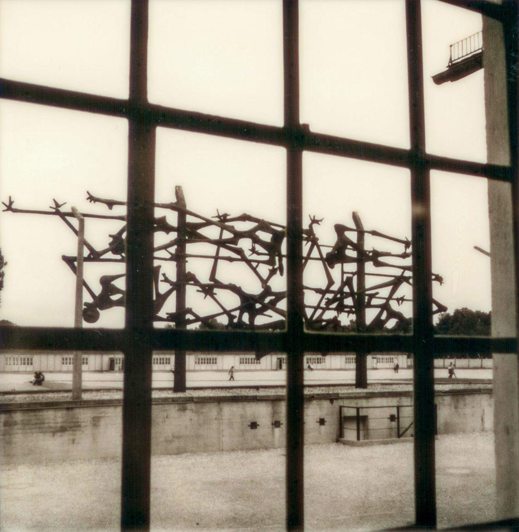 KZ-Gedenkstätte Dachau: Skulptur von Nandor Glid (Menschen im Zaun)