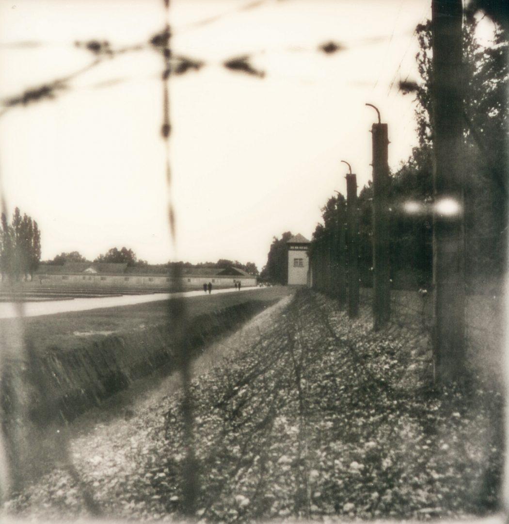 KZ Gedenkstätte Dachau: Graben, Zaun und Wachturm